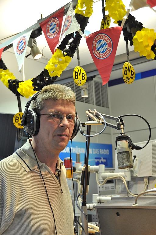 FCB-Fan Lothar Scholtes kam direkt ins Studio zu Johannes und stellte sich demonstrativ unter die gemischte Vereins- Girlande.