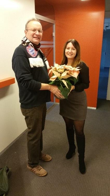 Bei seiner Assistentin (Frau Hecker) mit einem Weihnachtsstern für ihr Büro (Vorzimmer des Oberbürgermeisters)