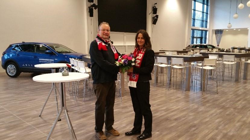 """Bei Frau Schäddrich (Eventmanagerin der """"Steigerwald-Arena"""") mit einem Blumenstrauß und einem Fanclub-Fanschal:"""